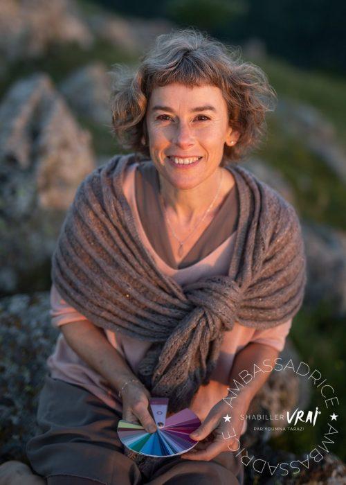 Anne-Rose Lovink logo ambassadrice S'Habiller Vrai nuancier couleurs dans les mains